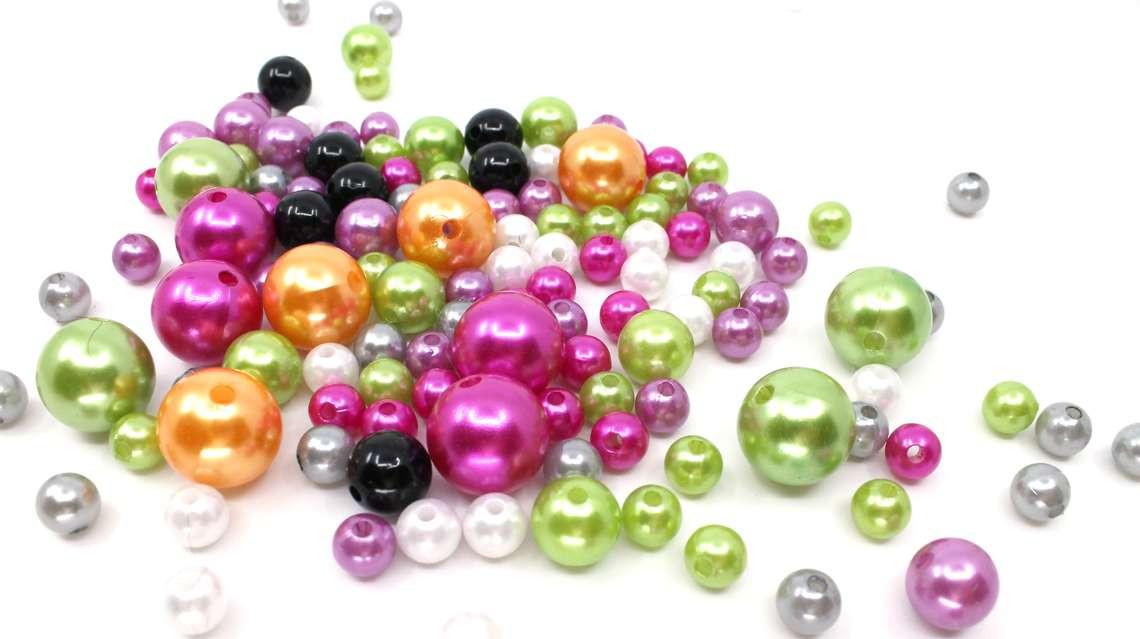 Pärlor i härliga färger och flera olika storlekar